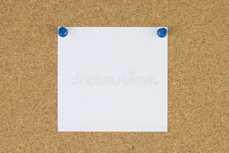 Nutowy papier z pchnięcie szpilkami na korek desce fotografia stock