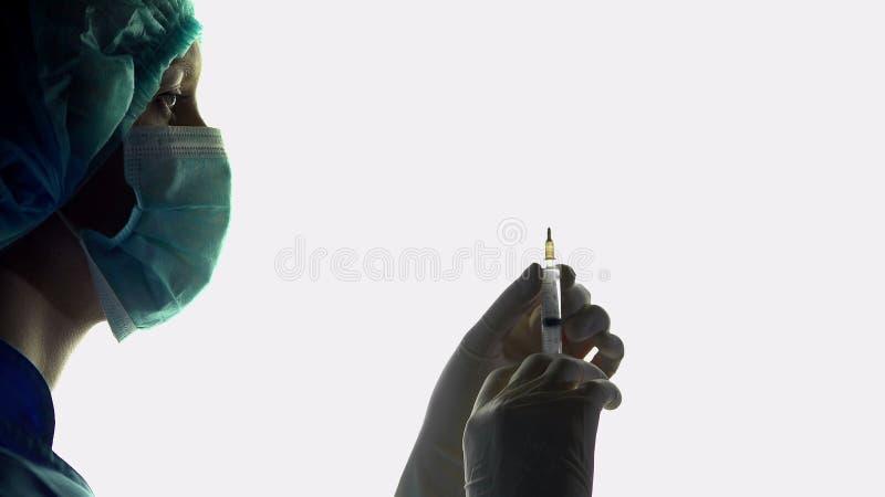 Nutra o anestesista com seringa à disposição, injeção antes da cirurgia, emergência fotos de stock