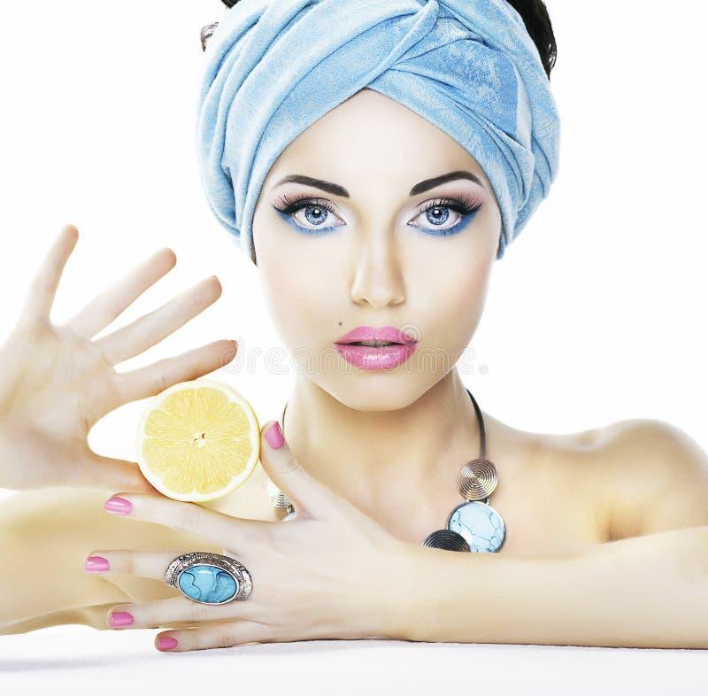 Nutrição. Mulher da beleza, limão - cuidado do heailh imagens de stock royalty free