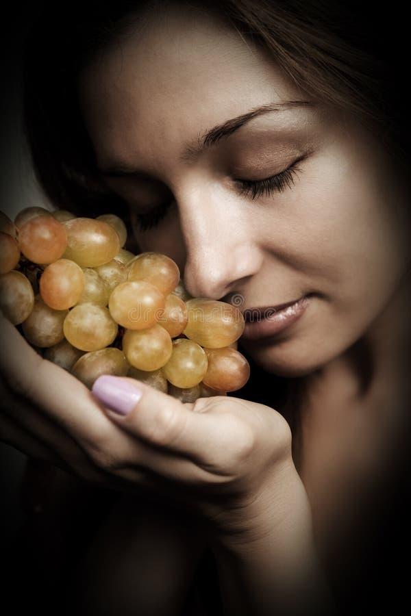 Nutrição saudável - mulher com uvas frescas fotografia de stock royalty free