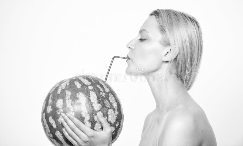 Nutrição saudável orgânica Gosto do conceito do verão A mulher aprecia o suco natural Bebida do cocktail da melancia Menina foto de stock royalty free