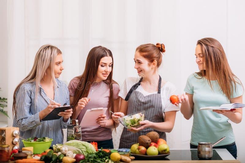 Nutrición de dieta de cocinar femenina de la consumición sana fotografía de archivo