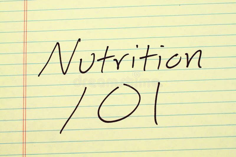 Nutrición 101 en un cojín legal amarillo foto de archivo