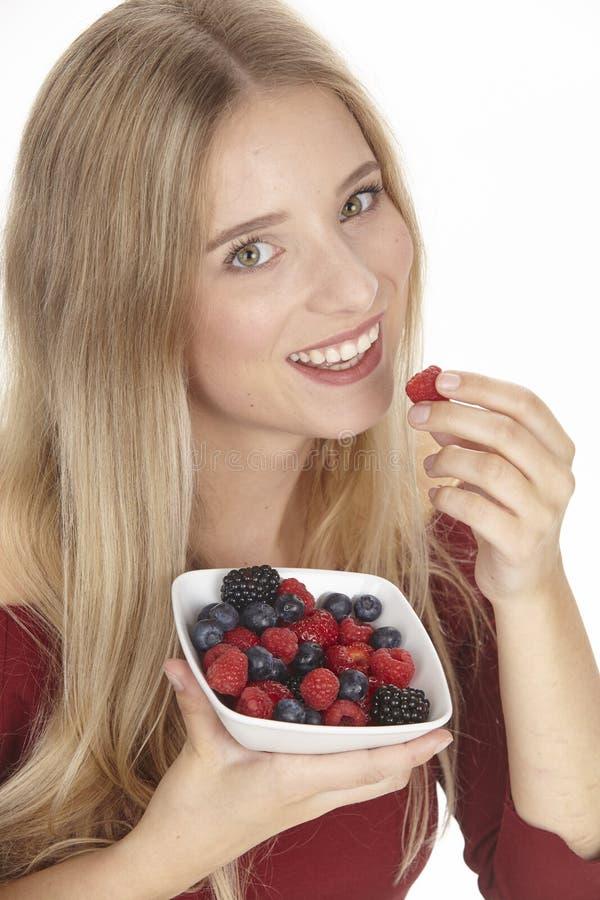 Nutrición sana - ella come un cuenco de ensalada de fruta fotos de archivo libres de regalías