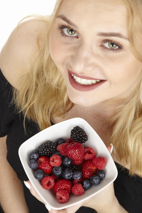 Nutrición sana - ella come un cuenco de ensalada de fruta fotos de archivo