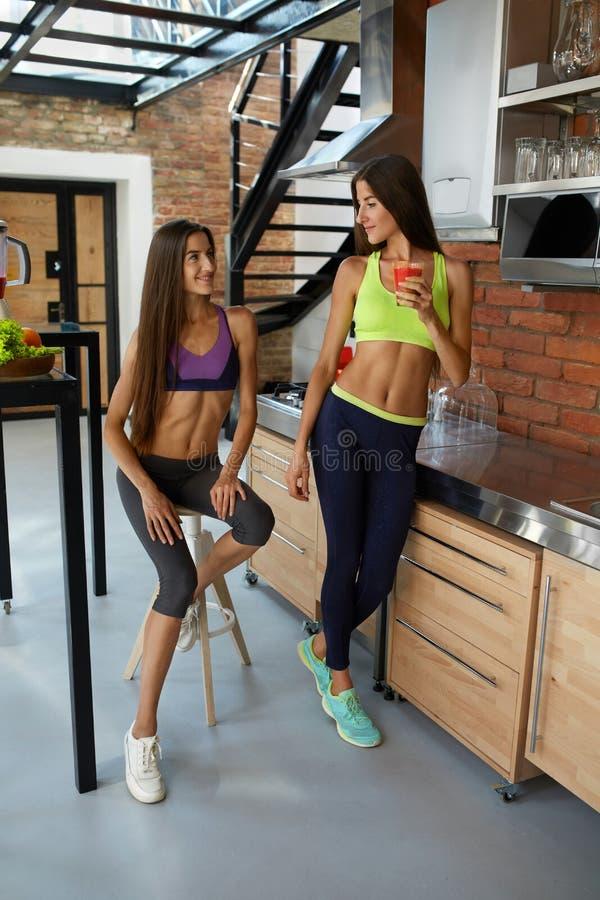 Nutrición sana Mujeres de la aptitud en Smoothie de consumición de la ropa de deportes imágenes de archivo libres de regalías