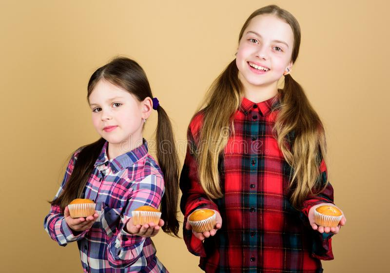 Nutrici?n y calor?a sanas de la dieta Molletes deliciosos Ni?os lindos de las muchachas que comen los molletes o la magdalena Pos imágenes de archivo libres de regalías
