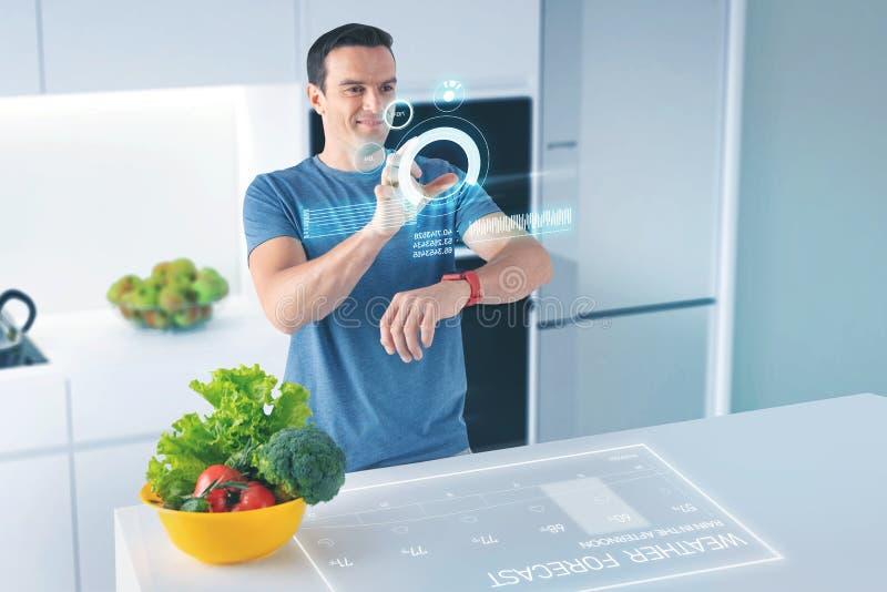 Nutricionista alegre que sorri e que usa tecnologias modernas foto de stock