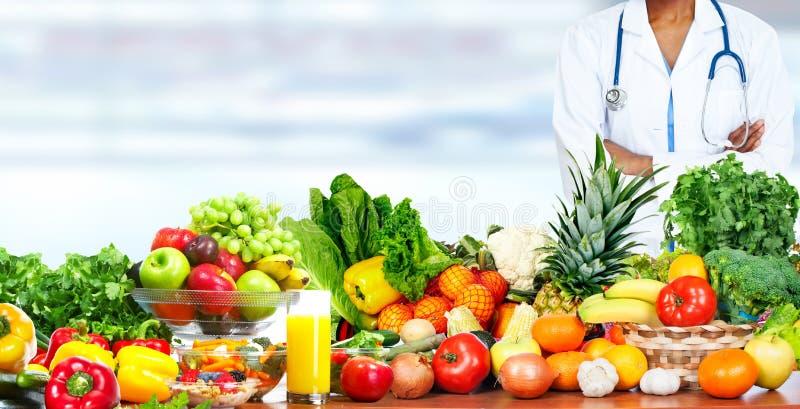 Nutricionista del doctor con las verduras imagen de archivo