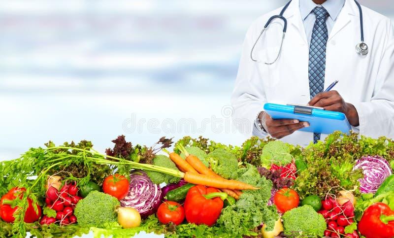 Nutricionista del doctor con las verduras fotografía de archivo