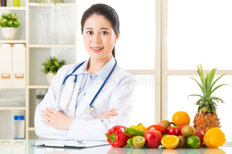 Nutricionista do doutor com frutas e legumes imagem de stock royalty free