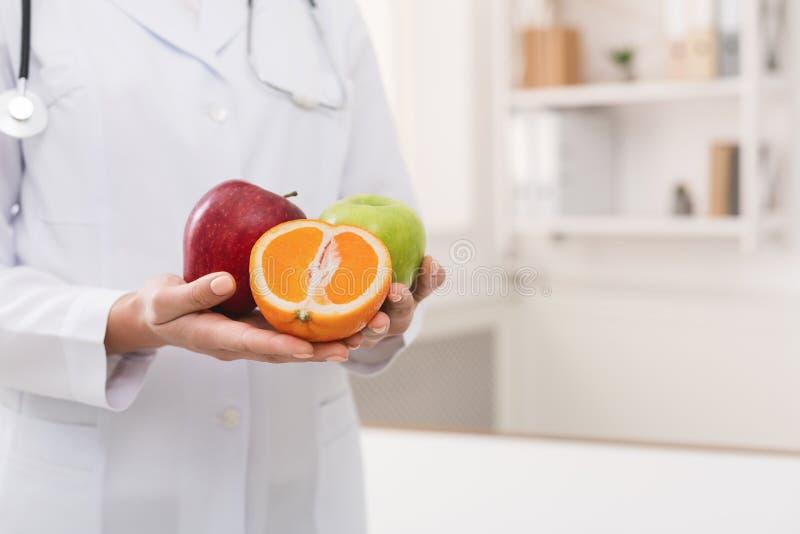 Nutricionista irreconhecível que guarda o fruto fresco, espaço da cópia fotografia de stock