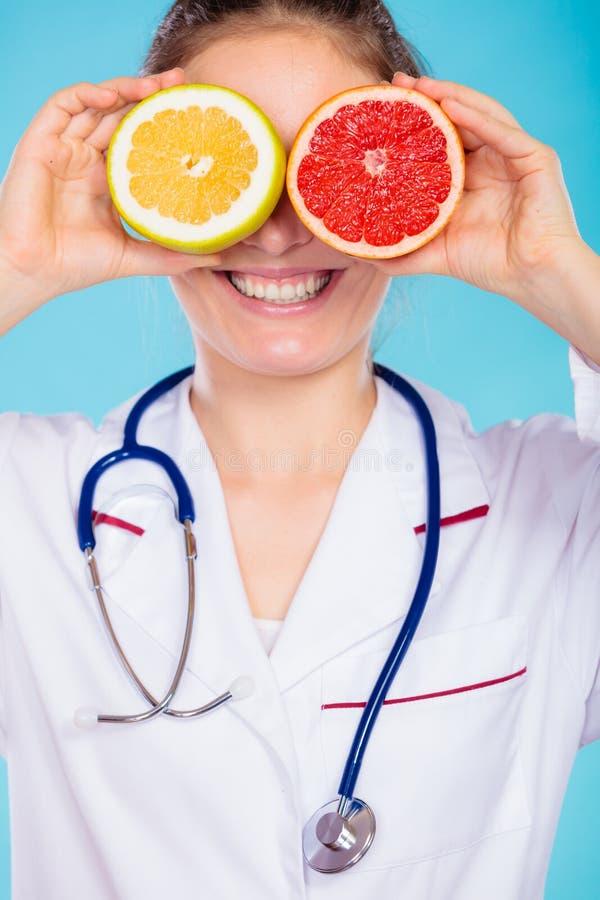 Nutricionista que la cubre ojos con las frutas imagenes de archivo