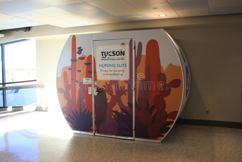 Nutrindo ou amamentando a série, aeroporto internacional de Tucson fotografia de stock
