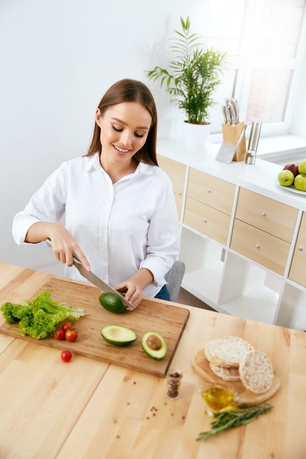 nutrition Femme faisant cuire la nourriture saine dans la cuisine images stock