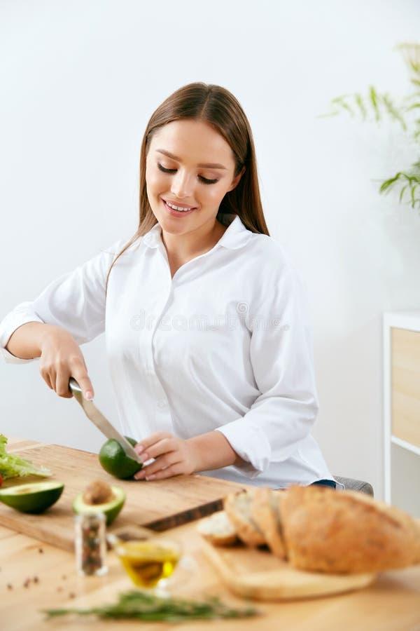 nutrition Femme faisant cuire la nourriture saine dans la cuisine photo libre de droits