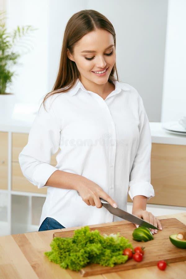 nutrition Femme faisant cuire la nourriture saine dans la cuisine image libre de droits