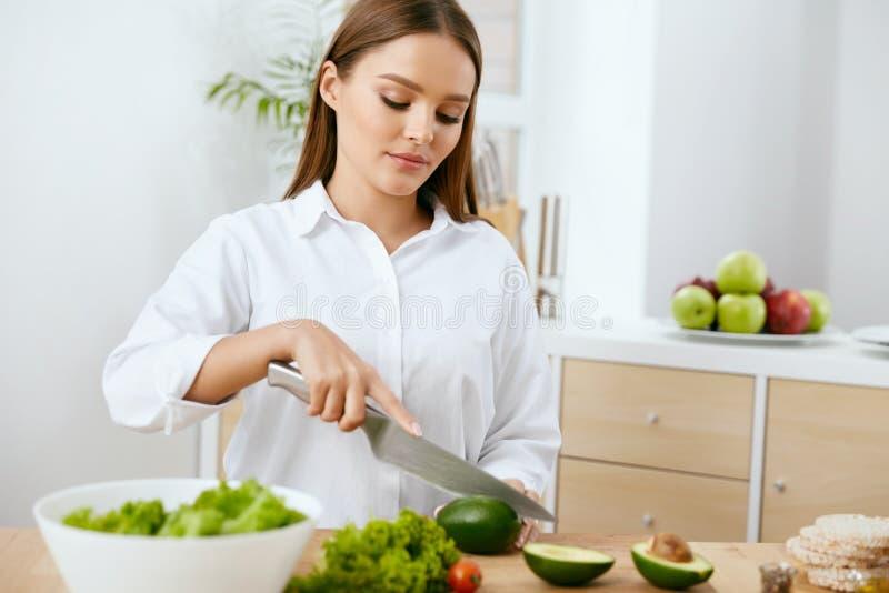 nutrition Femme faisant cuire la nourriture saine dans la cuisine images libres de droits