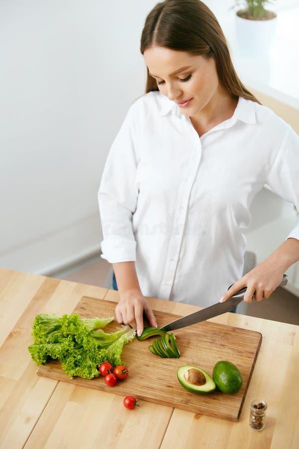 nutrition Femme faisant cuire la nourriture saine dans la cuisine photographie stock libre de droits