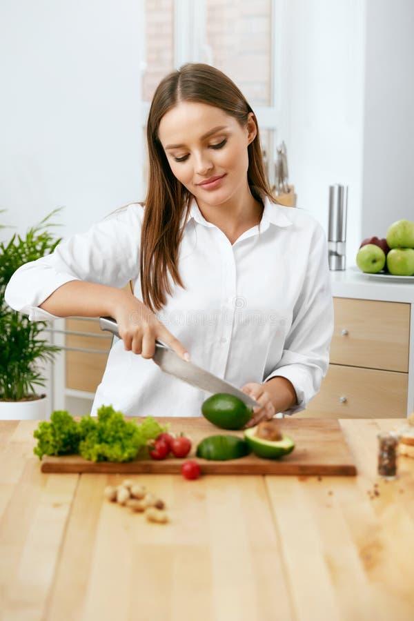 nutrition Femme faisant cuire la nourriture saine dans la cuisine photographie stock