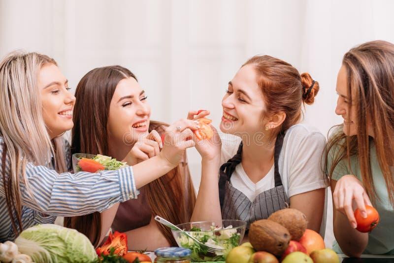 Nutrition suivante un régime à cuire femelle de consommation saine photo stock