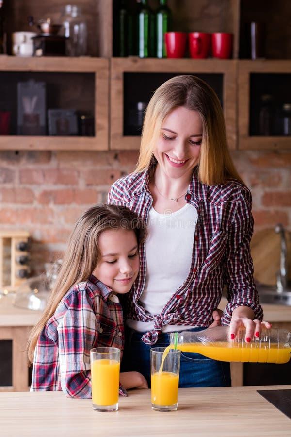 Nutrizione fresca della famiglia del succo di mattina sana fotografia stock
