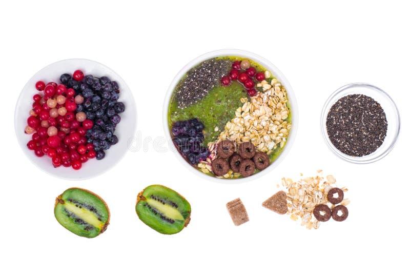 Nutrizione-frutta e Berry Smoothie With Oat Flakes e Chia Seeds vegetariani in buona salute immagini stock