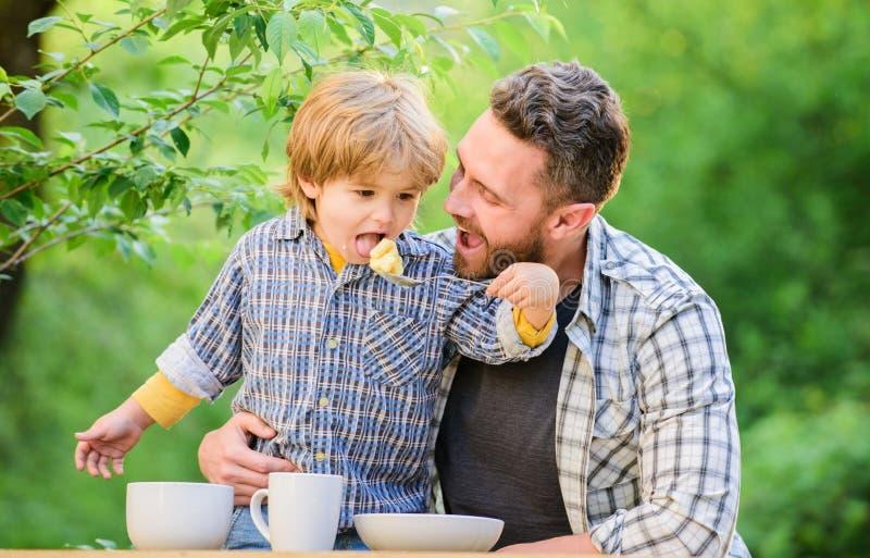 Nutrizione organica Concetto sano di nutrizione Abitudini di nutrizione La famiglia gode del pasto casalingo Tempo della famiglia fotografia stock