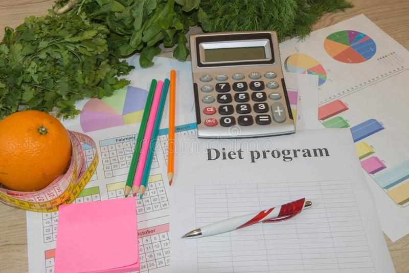 Nutrizione sana nella priorità alta Dieta ipocalorica delle verdure e della frutta Concetto di controllo del peso immagine stock