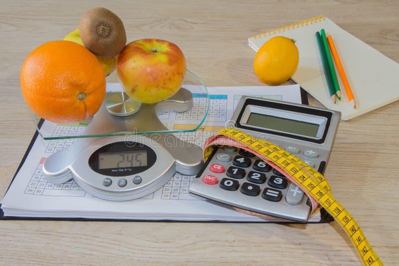 Nutrizione sana nella priorità alta Frutti saporiti da una nastro-misura immagine stock libera da diritti