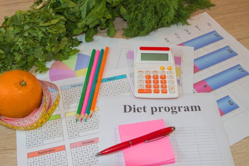 Nutrizione sana nella priorità alta Frutti saporiti da una nastro-misura fotografie stock