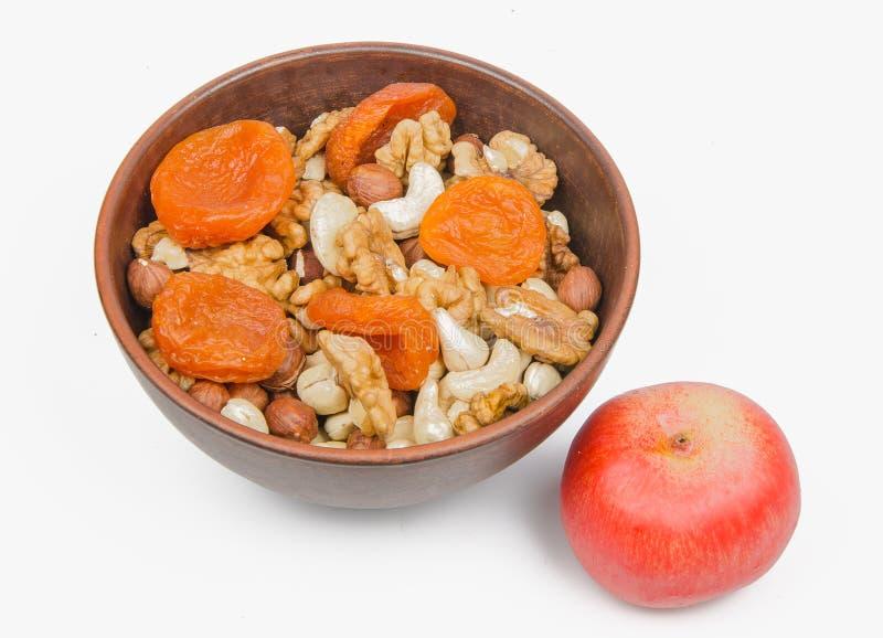 Nuts und getrocknete Aprikosen lizenzfreie stockbilder