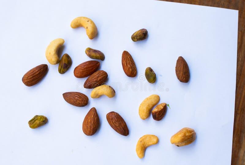 nuts white f?r bakgrund arkivfoto