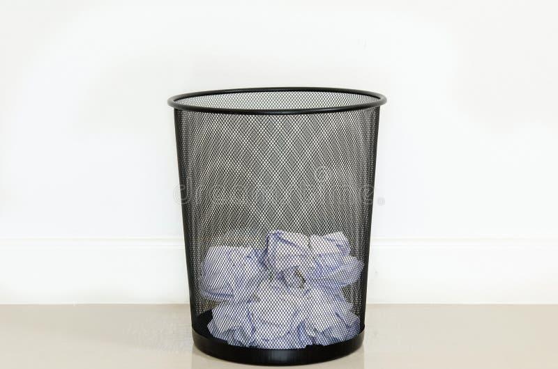 Nutteloos document in afval stock foto's