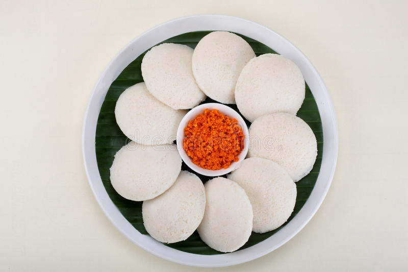 Nutteloos gediend met rood kokosnotenchutney stock foto's