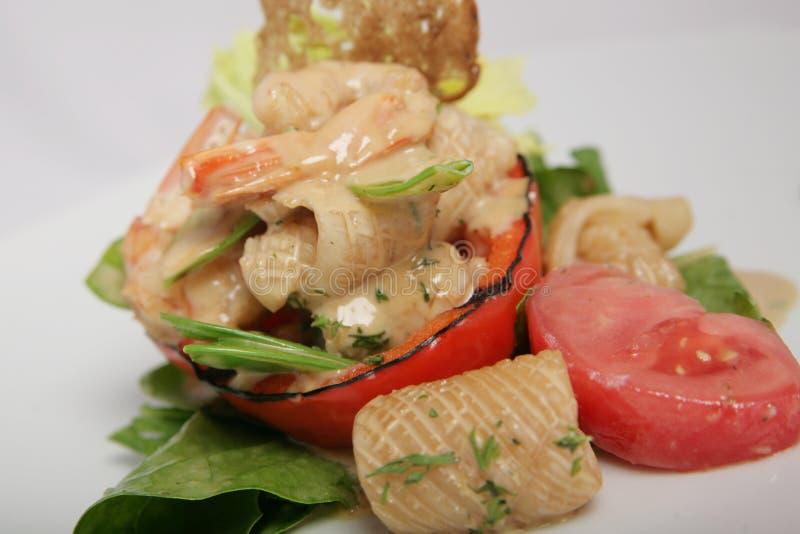 Nuttige, dieetsalade van pijlinktvis, garnalen en geroosterde groenten met saus stock afbeelding