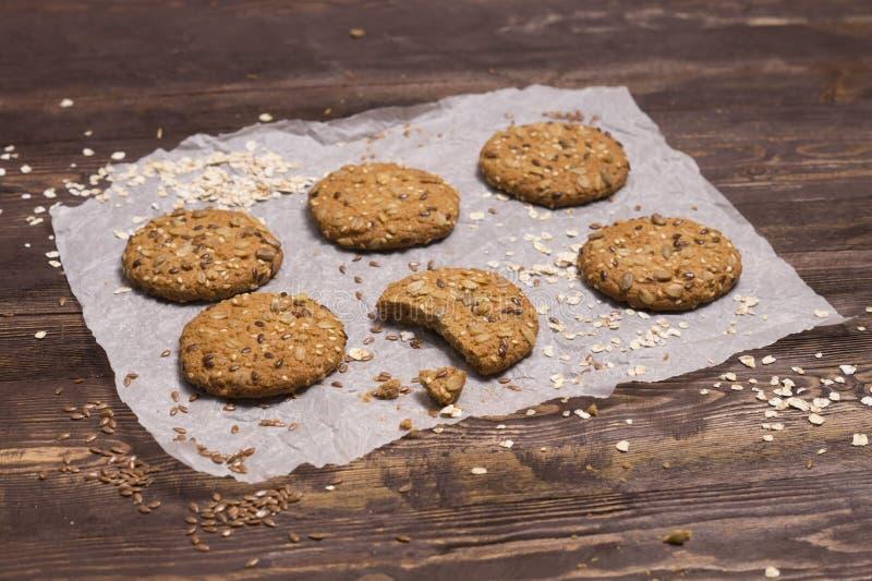 Nuttige koekjes met vlas, sesam, zonnebloemzaden en geroosterde haverkorrels Eigengemaakt baksel royalty-vrije stock foto