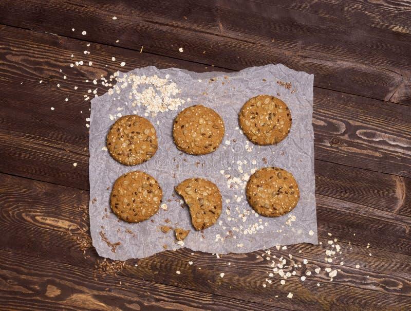 Nuttige koekjes met vlas, sesam, zonnebloemzaden en geroosterde haverkorrels Eigengemaakt baksel stock foto's