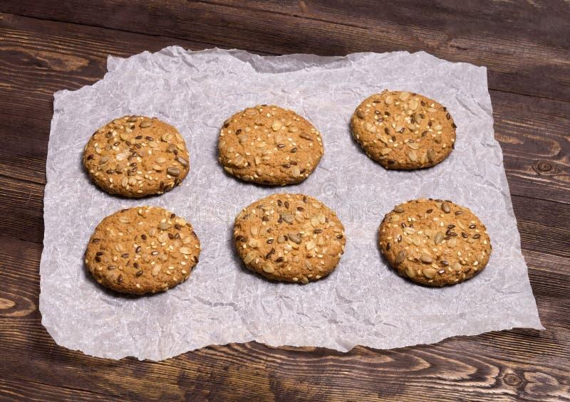 Nuttige koekjes met vlas, sesam, zonnebloemzaden en geroosterde haverkorrels Eigengemaakt baksel stock foto