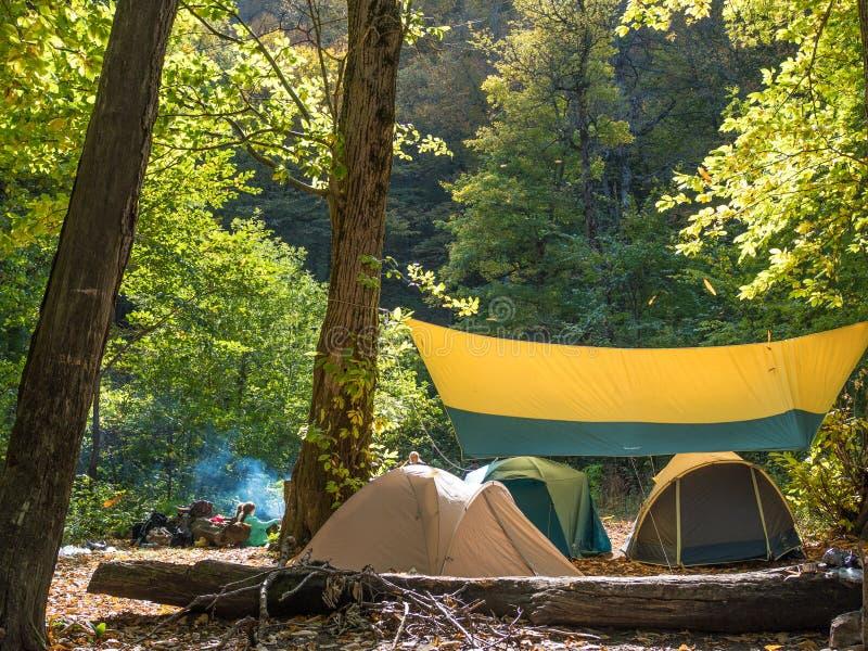 Nuttige rust in tenten in de wildernis royalty-vrije stock foto's