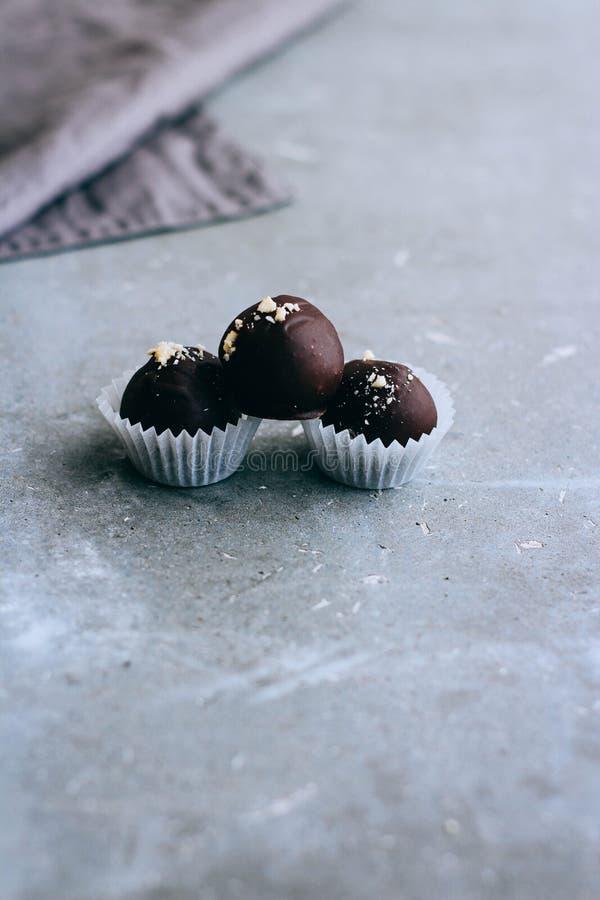 Nuttige ruwe chocoladesnoepjes met cederolievlekken stock foto