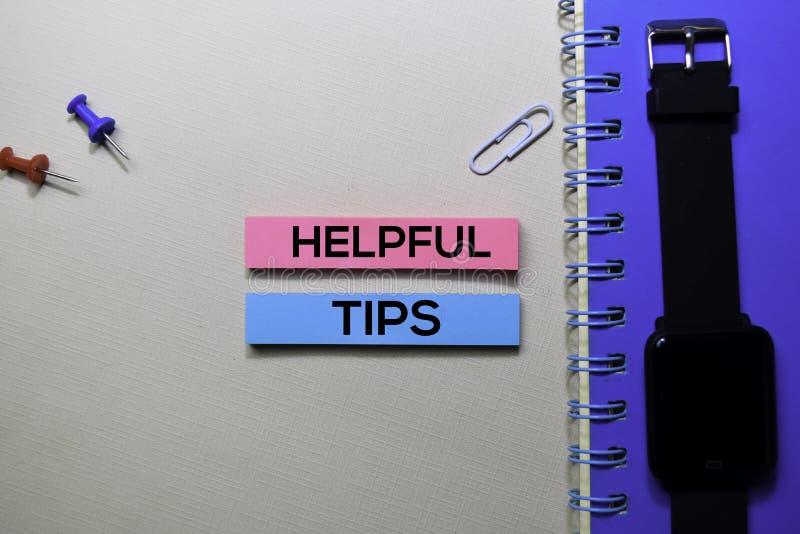 Nuttige Uiteindentekst op kleverige die nota's op bureau worden geïsoleerd stock fotografie