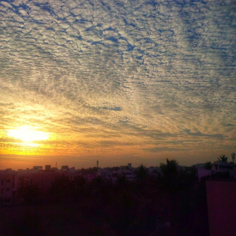 A nuvem acena para o céu alaranjado imagens de stock