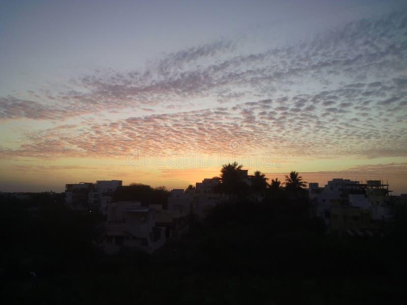 Nuvem amarelada na noite imagem de stock royalty free