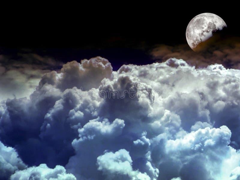 nuvem azul do montão da meia lua no céu noturno fotos de stock