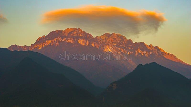 Nuvem bonita sobre a montanha ming da Dinamarca imagem de stock