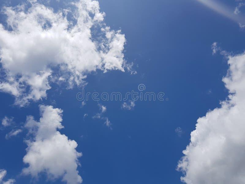 Nuvem branca bonita no fundo do céu azul fotografia de stock royalty free