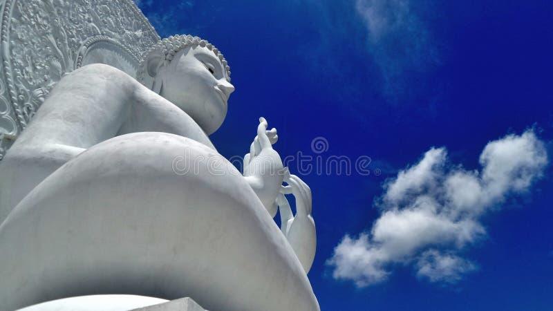 Nuvem branca e escultura branca grande da Buda sob o céu azul fotografia de stock