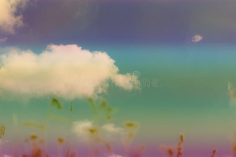 Nuvem branca grande na cor do céu imagem de stock