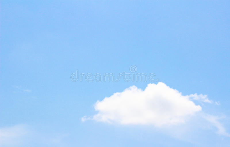 Nuvem branca no céu azul imagens de stock